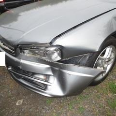 ニッサンのスカイライン :傷の修理方法と費用 Fバンパーカバー交換 25,000円(他、左フェンダー板金塗装・左ライト交換など別途あり)