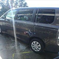 トヨタのヴォクシー(DBA-ZRR70G):左リアドア、左サイドリアパネル、リアバンパー板金、塗装 作業工賃130,000円/合計金額(税込)140,400円