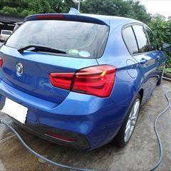 BMWの1シリーズ(DBA-1R15):右テールランプ交換、右アルミホイール交換、他 部品代金105,460円/右クォーターパネル板金、リアバンパー脱着修理費用、塗装、他/合計金額(税込)311,104円