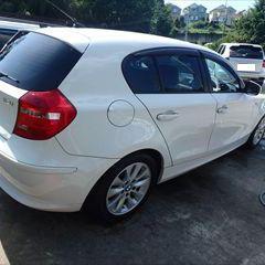 BMWの116i(ABA-UE16):フロントバンパー、右ヘッドライト、フォグランプ、右フロントフェンダなどの交換/左ヘッドライト、ホイールハウスカバー、右ドアバイザなどの脱着、修理、塗装 〔自動車保険利用〕