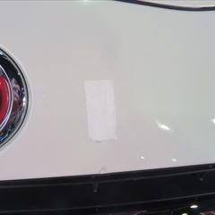 トヨタのアクア(DAA-NHP10):傷の修理方法と費用 フロントバンパー脱着、修理、塗装 作業工賃40,000円/合計金額(税込)43,200円