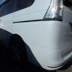 日産のセレナ(DAA-HC26):傷の修理方法と費用 左スライドドア、左クォーターパネルの板金、塗装 作業工賃100,000円/合計金額(税込)108,000円