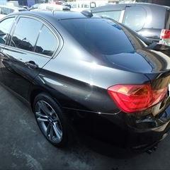BMWの3シリーズ(DBA-3A20):左リアドア、左リアフェンダー、左サイドスポイラー板金塗装 作業工賃200,000円/合計金額(税込)216,000円