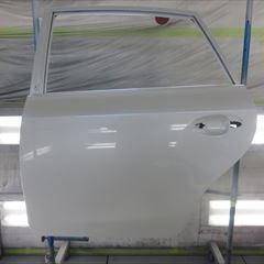 トヨタのプリウスα(DAA-ZVW40W):左フロントドアパネル、左リアドアパネル、左ボデーロッカパネルモール他の交換、フロントバンパーカバー、左フロントフェンダ他の脱着、塗装、他