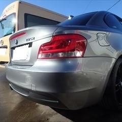 BMWの1シリーズ(ABA-UC30):リアバンパー交換 部品代金93,700円/交換作業、塗装 作業工賃75,000円/合計金額(税込)182,196円