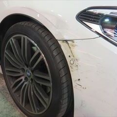 BMWの5シリーズ ツーリング:傷の修理方法と費用 フロントバンパー脱着修理、右フェンダー板金、塗装 作業工賃160,000円/合計金額(税込)176,000円